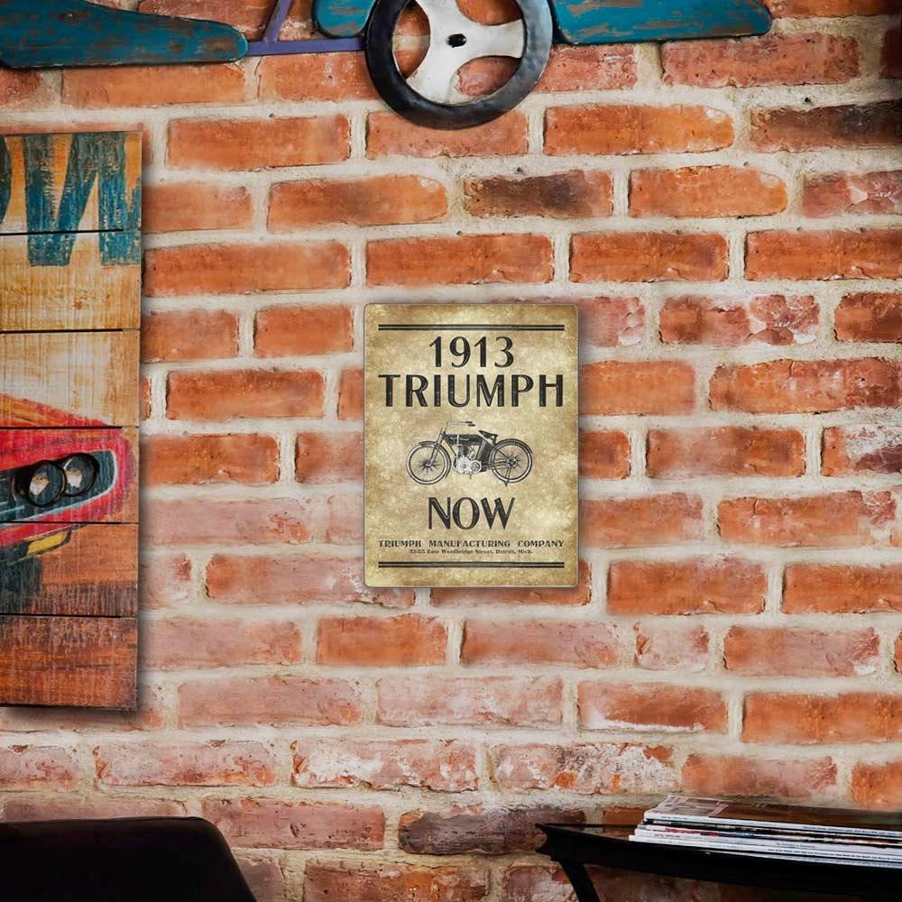 Placa Decorativa Triumph 1913 Marrom e Preto Média em Metal - 30x20 cm