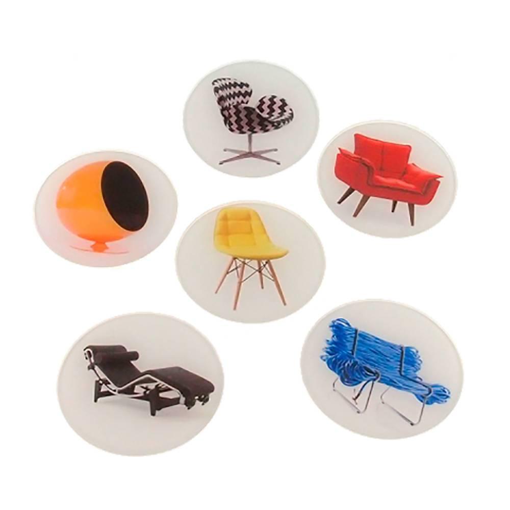 Porta-Copos Estampa de Cadeiras Multicoloridas com Fundo Branco - 6 Peças - em Vidro - 10x10 cm