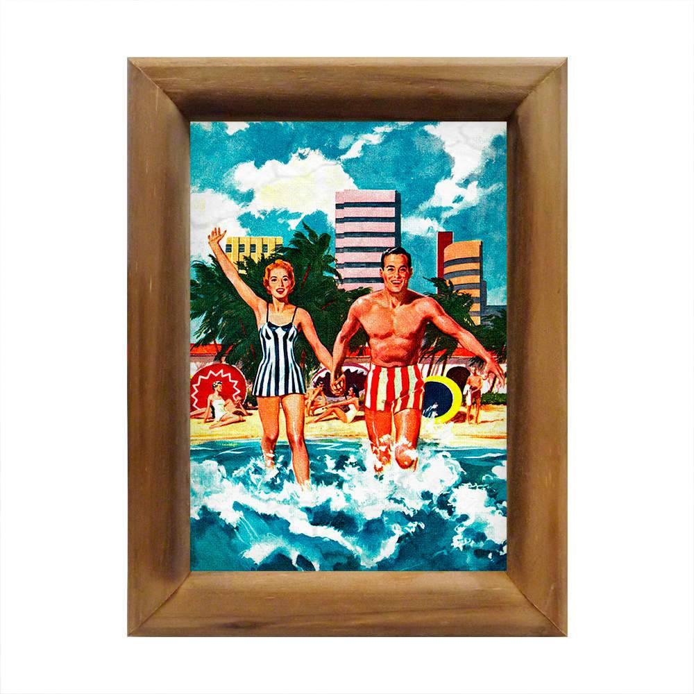 Quadro Casal Tomando Banho de Mar Retrô em Madeira - 26x20 cm