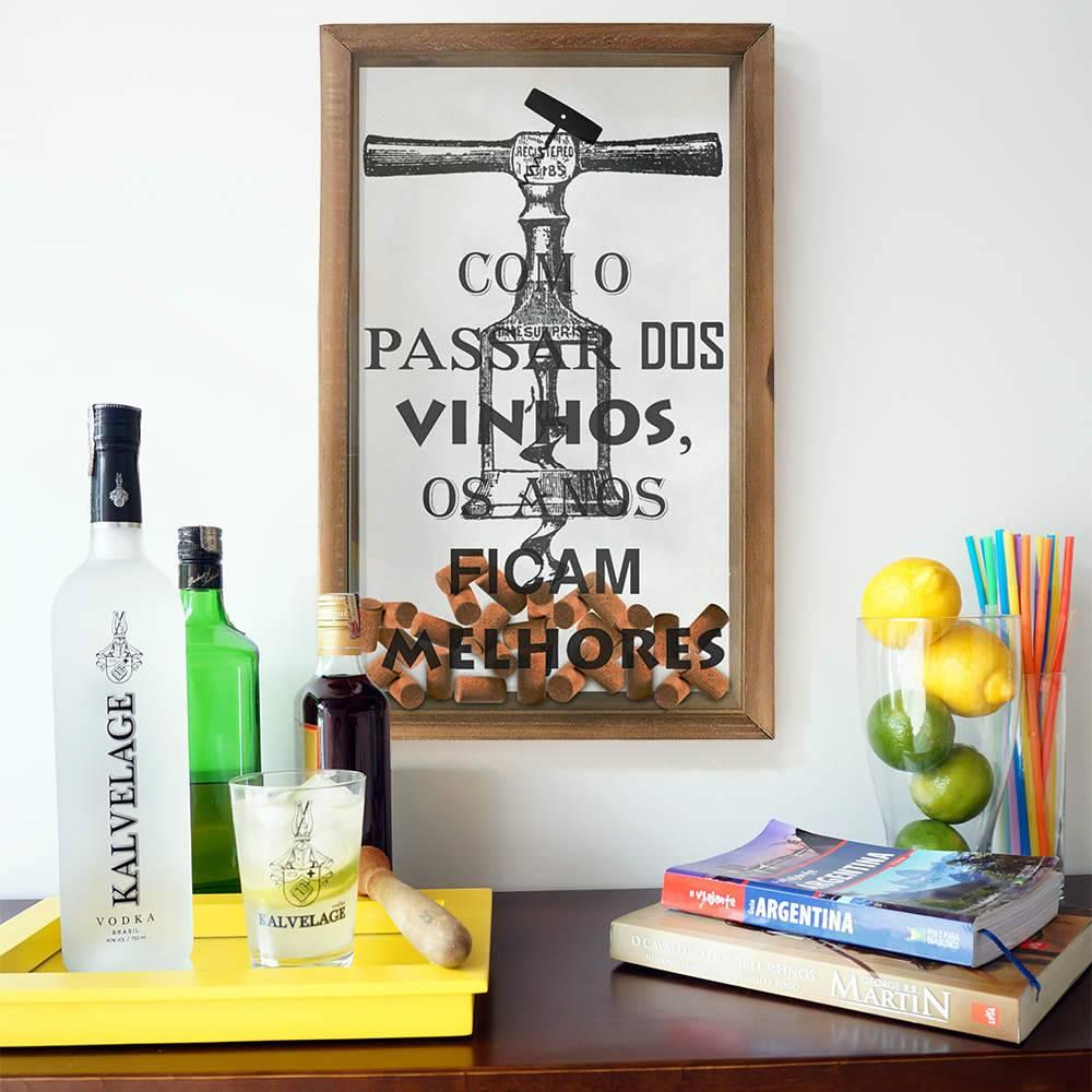 Quadro Porta Rolhas Com o Passar dos Vinhos Preto e Branco em Madeira e Vidro - 50x30 cm