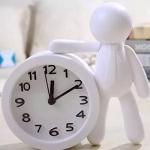 Relógio boneco lateral branco