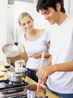 Cocinar en pareja, un plan divertido