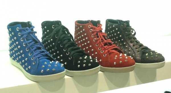 Zapatillas modernas con tachas y en colores