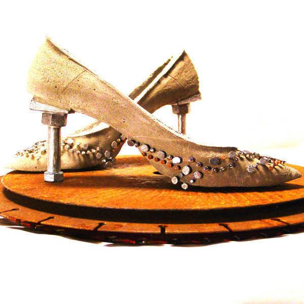 Zapatos dorados con detalles metalizados