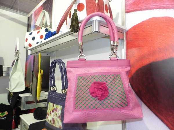 Rochi Kahn utiliza mucho el color rosado en sus productos