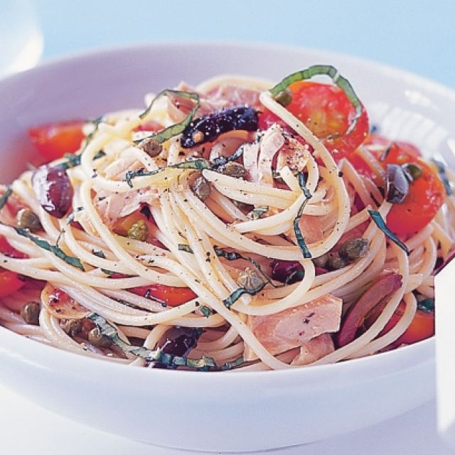 Spaghetti with Tuna, Cherry Tomatoes, Olives and Capers