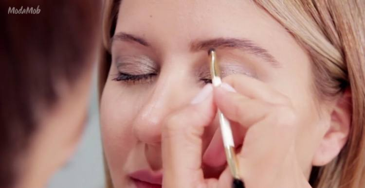 Fill in eyebrows with little strokes of powder