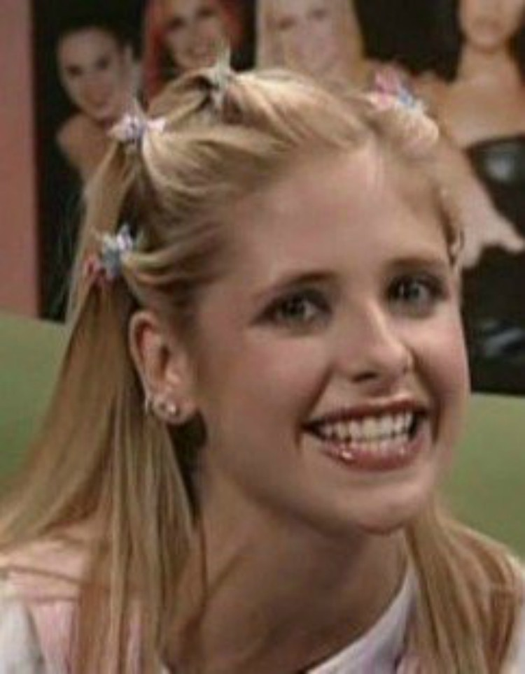 Image of Sarah Michelle Geller in the 90s with butterfly clips