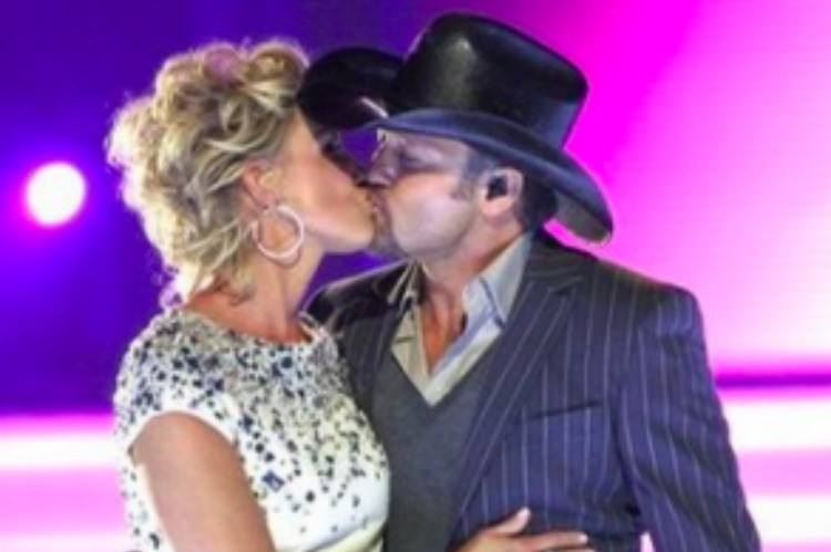 Faith Hill and Tim McGraw kissing