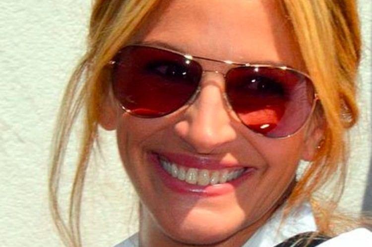 Julia Roberts wearing sunglasses
