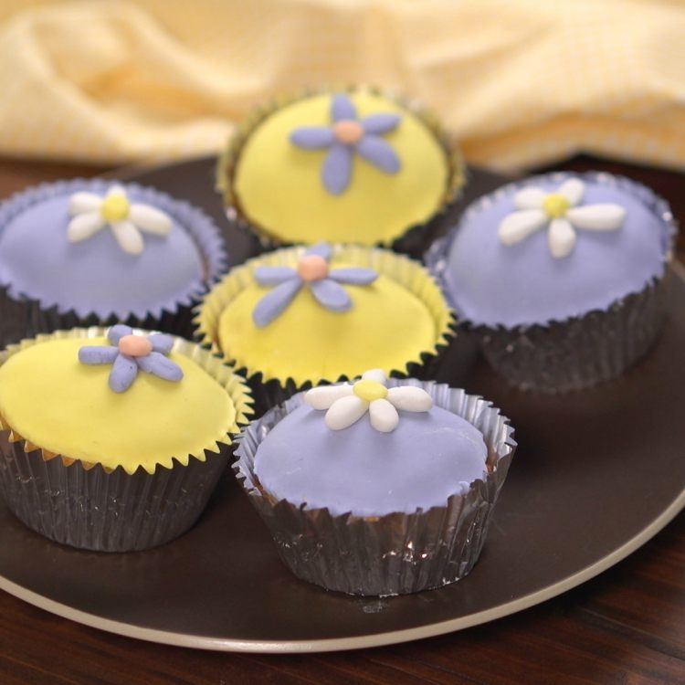 Cupcakes decorated with marshmallow fondant flowers