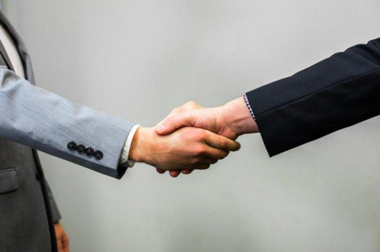 body language shaking hands