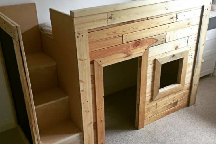 Kid's bed made of pallets with built-in playhouse underneath