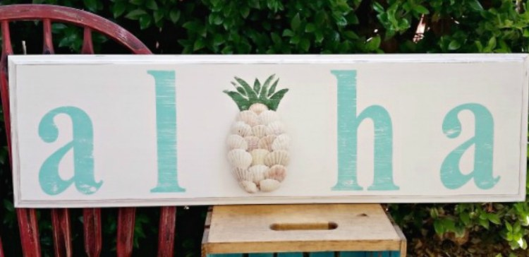 Seashells form pineapple for the O in Aloha sign