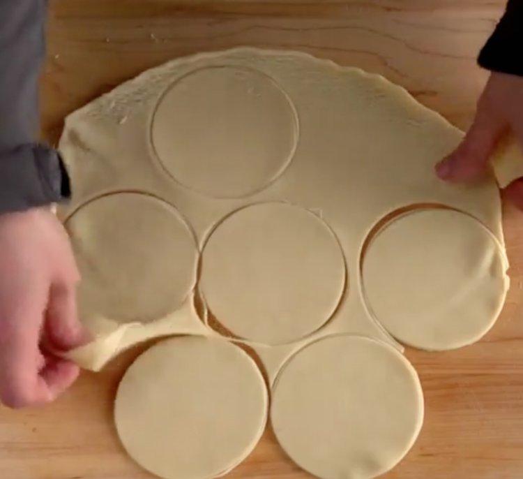 cut-pie-dough-for-mini-pumpkin-pies