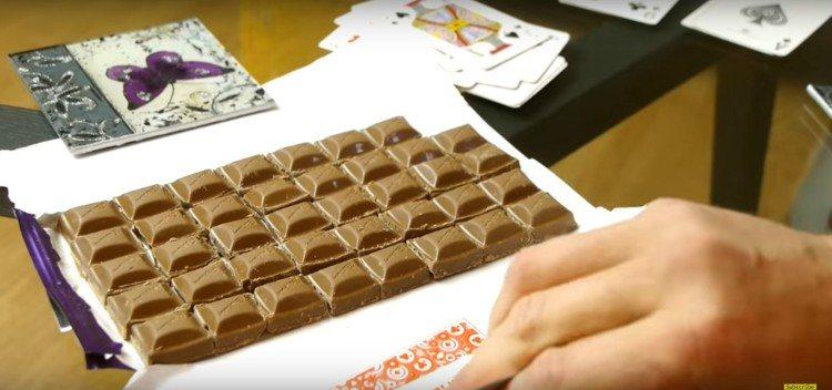 Image of broken chocolate bar.