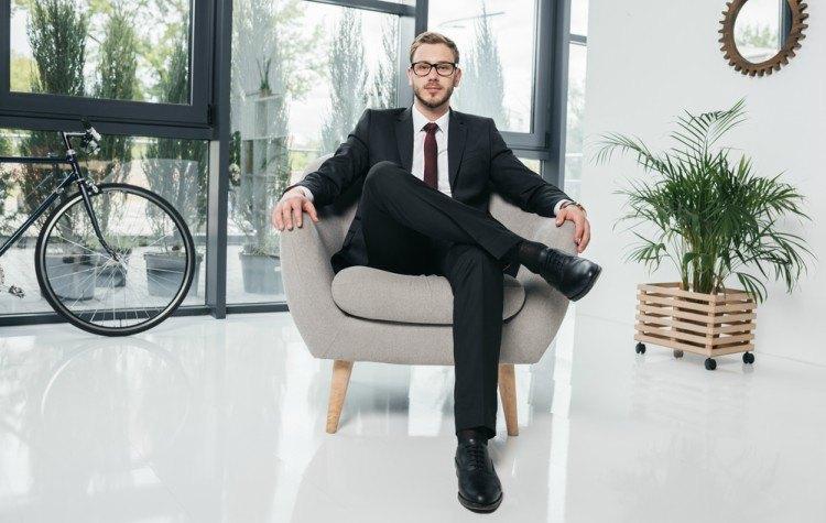 просто было фото респектабельного мужчины сидящего в кресле трубка