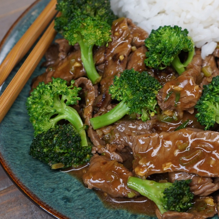 This restaurant-style stir-fry with juicy steak & crisp-tender broccoli coated in easy homemade sauce will definitely make it into your weekly dinner rotation.