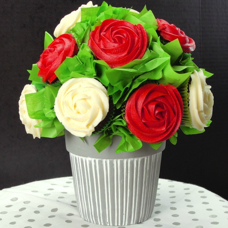 Bouquet made of cupcakes that look like roses