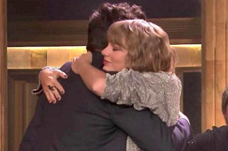 Taylor Swift hugs Jimmy Fallon