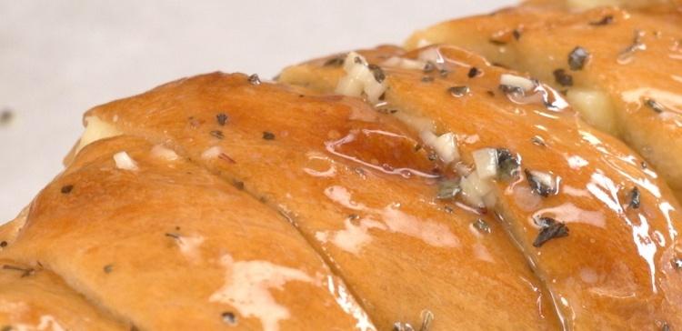 close-up-hasselback-garlic-cheesy-bread