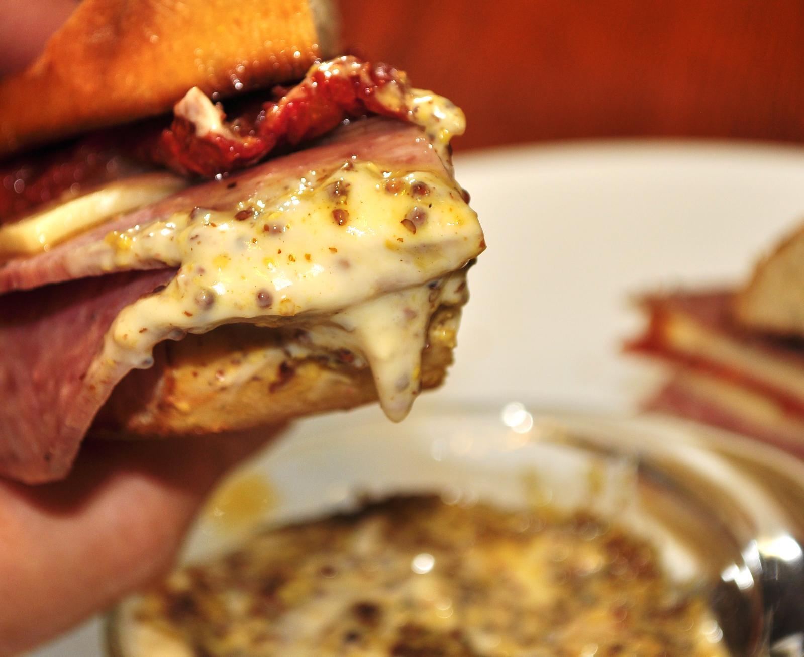sandwich_condiments