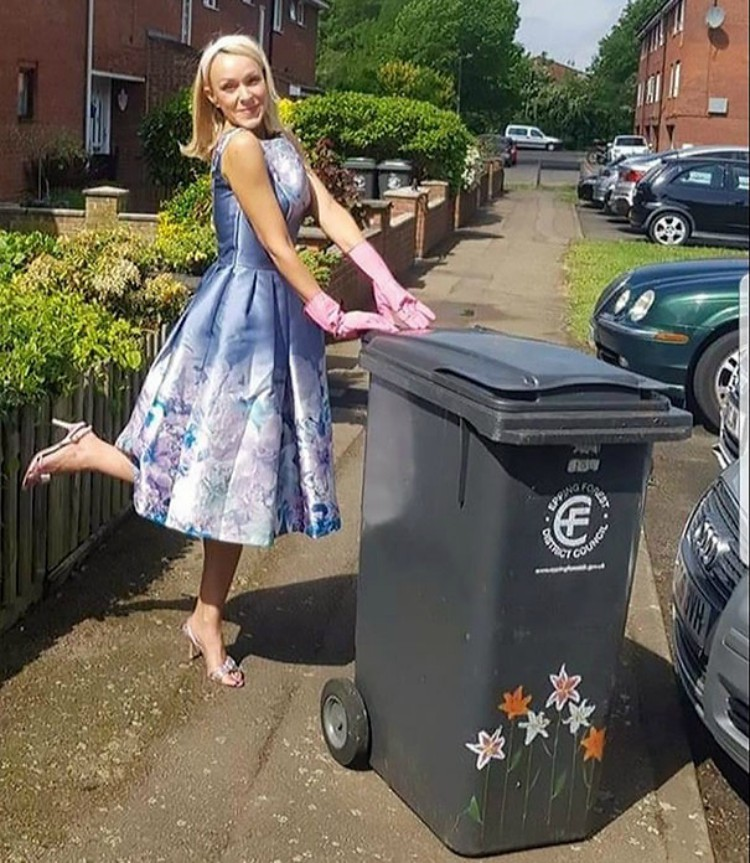 Woman Dresses Up to Take Out the Trash To Amuse Her Neighbors and Here Are 13 of Her Best LooksWoman Dresses Up to Take Out the Trash To Amuse Her Neighbors and Here Are 13 of Her Best Looks