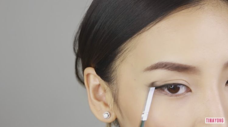 Set eye liner with eye shadow in the same color