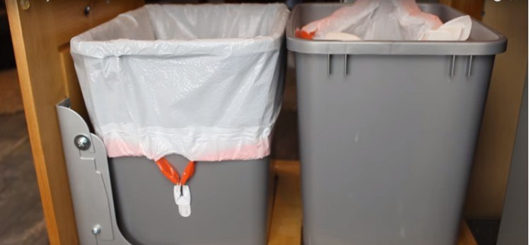 The comparison between a trash bag with and without the hook hack