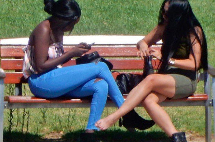 body language crossed legs