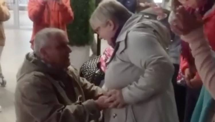 Man asks his girlfriend to marry him.