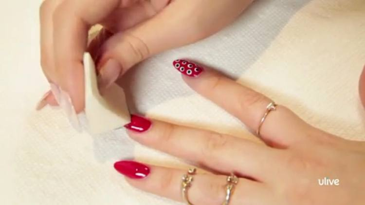 Use a makeup sponge for gradient color nail art