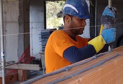Buschle 4.000 m² Argamassa Polimérica Massa Mais usa 95% menos de água que no método convencional e não usa areia, cimento e cal em sua fórmula.