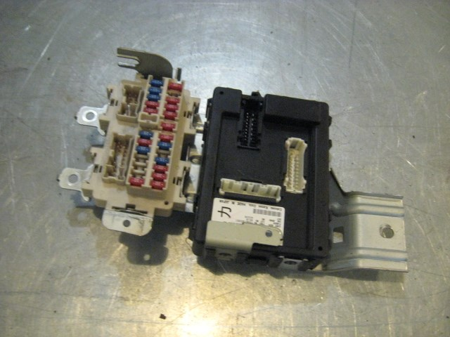 04 Infiniti G35 Coupe BCM / Interior Fuse Box 284B1 AC301 R16457 in on