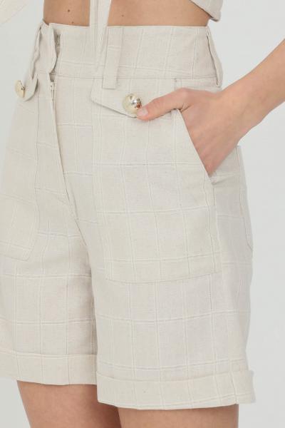 NBTS Shorts donna beige nbts casual a vita alta con tasche laterali e finte tasche frontali con bottone gold. Chiusura frontale con ganci e zip. Rifiniture  Shorts | NB21038.