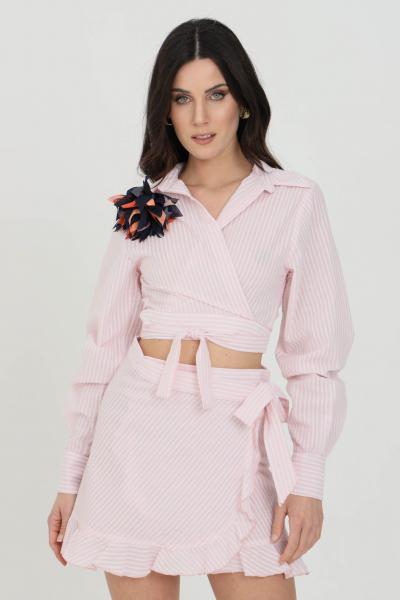 NBTS Camicia donna rosa nbts casual taglio crop. Applicazione spilla. Polsini con bottoni  Camicie | NB21080ROSA