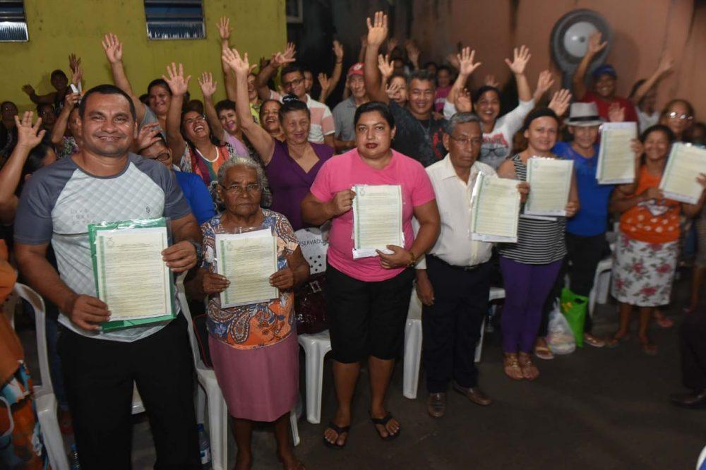 Títulos definitivos entregues para moradores do Cidade de Deus e Braga Mendes