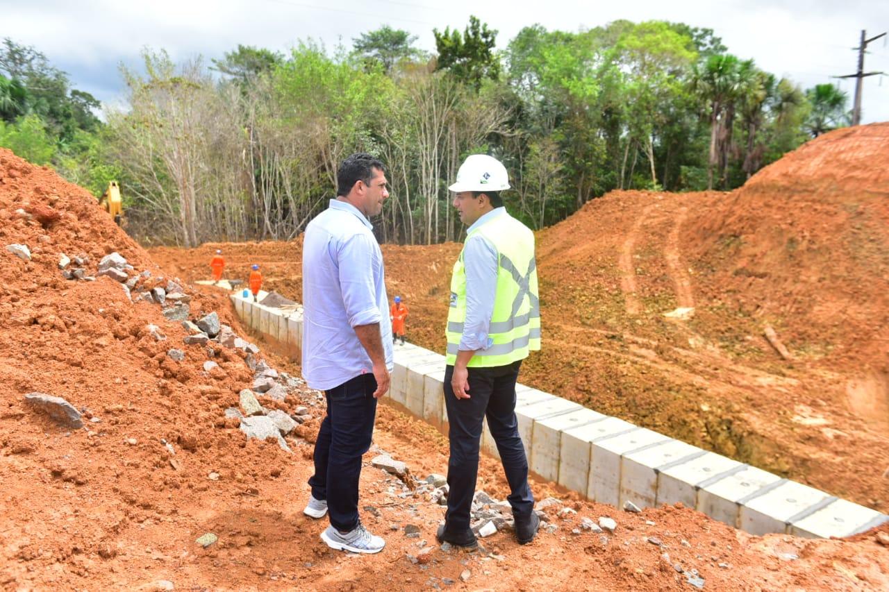 Wilson Lima assina ordem de serviço e vistoria obras na Região Metropolitana