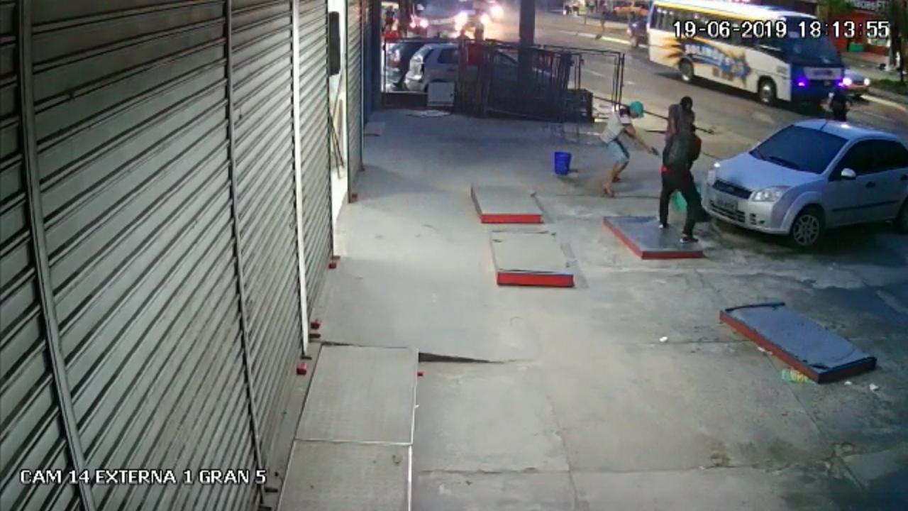 Vídeo mostra assaltantes matando sargento em porta de loja na zona Norte