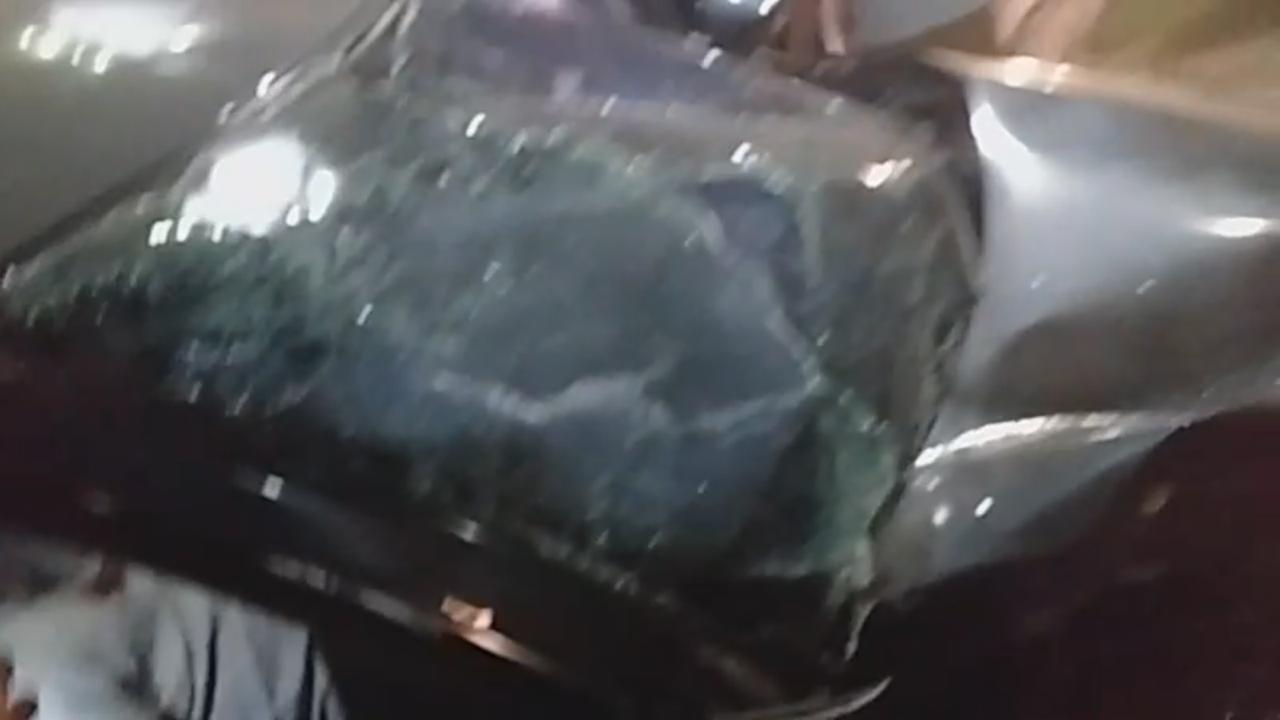 Em grave acidente na Max Teixeira homem bate em árvore e fica preso nas ferragens. Veja vídeo