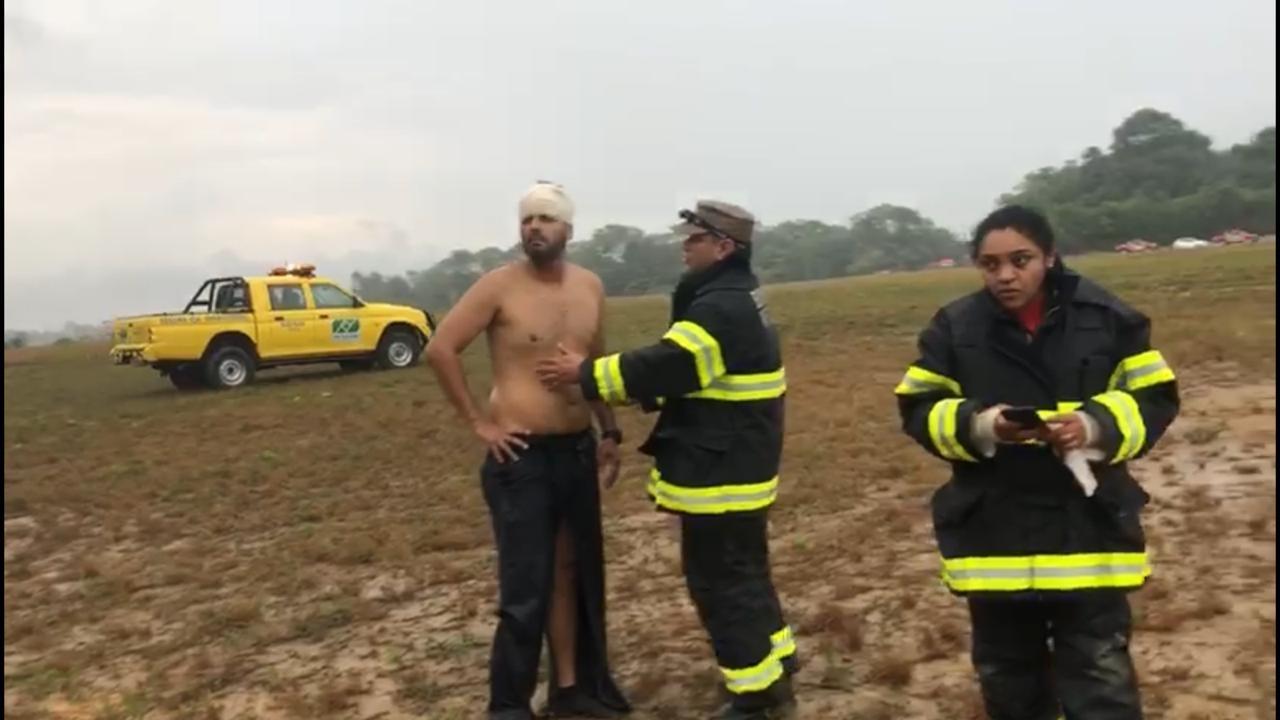 Avião que caiu perto de avenida ficou em destroços; não há vítimas fatais, diz Bombeiros