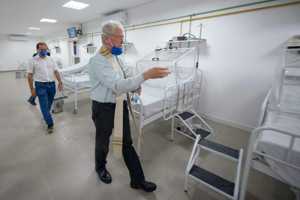 UTI do Hospital de Campanha Municipal é abençoada por arcebispo