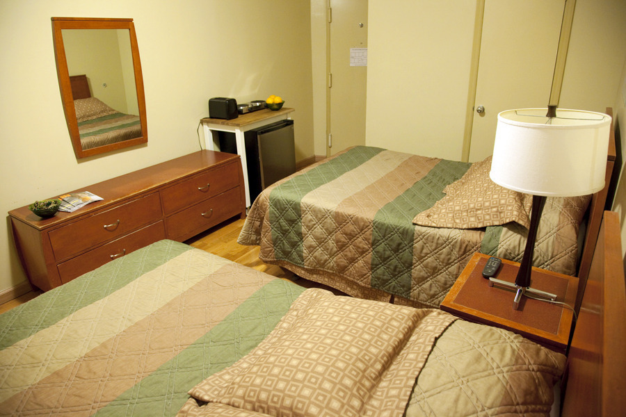 Studio with 2 FULL OR TWIN SIZE BEDS + private bath and mini kitchenette , ALL UTILITIES are included in rent