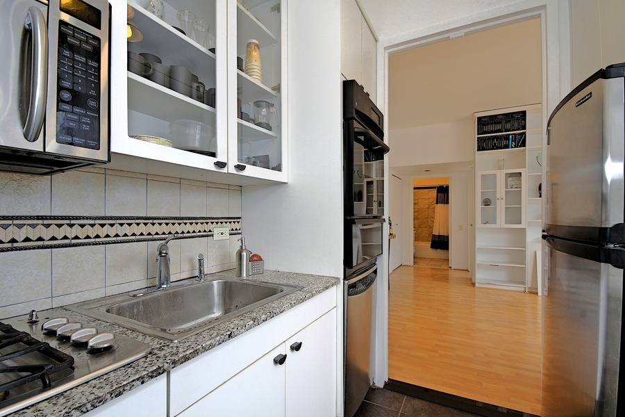 1BR/1BTH + BALCONY IN LUXURY FULL-SERVICE CONDO BUILDING