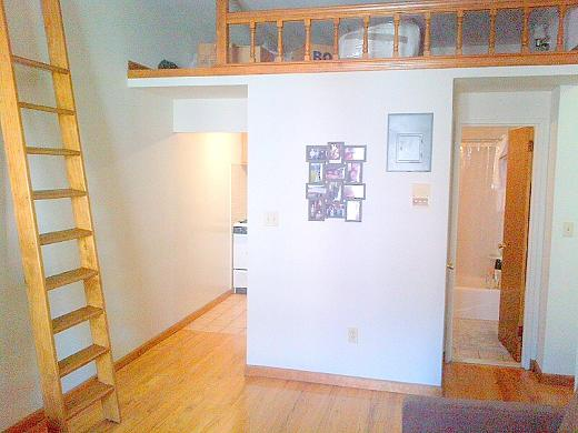 Gorgeous Browsntone, King Bedroom, Separate Kitchen, Bright, Lots of Closets, 3rd Floor Apt
