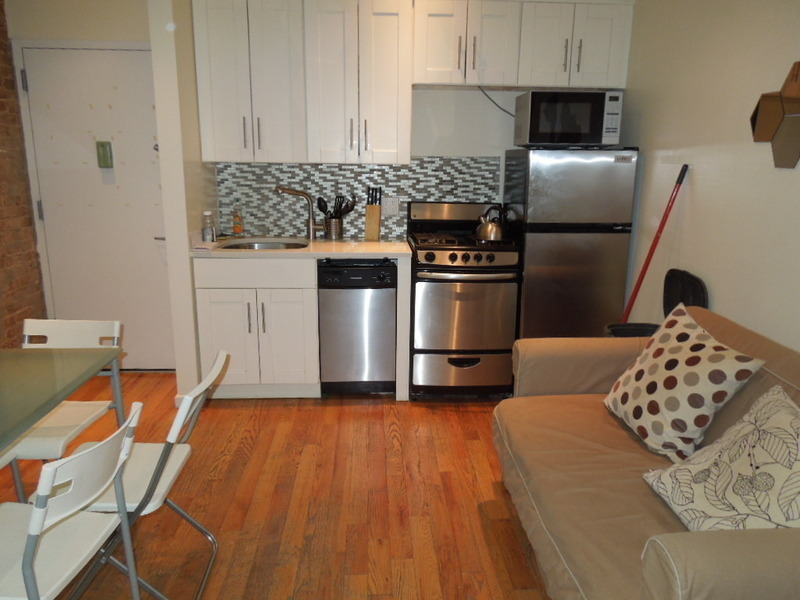 NO FEE ~ STUDENTS & GUARANTORS WELCOME ~ HOUSTON ST W/ BACKYARD & BIKE STORAGE. PERFECT FOR OUTDOOR LOVERS
