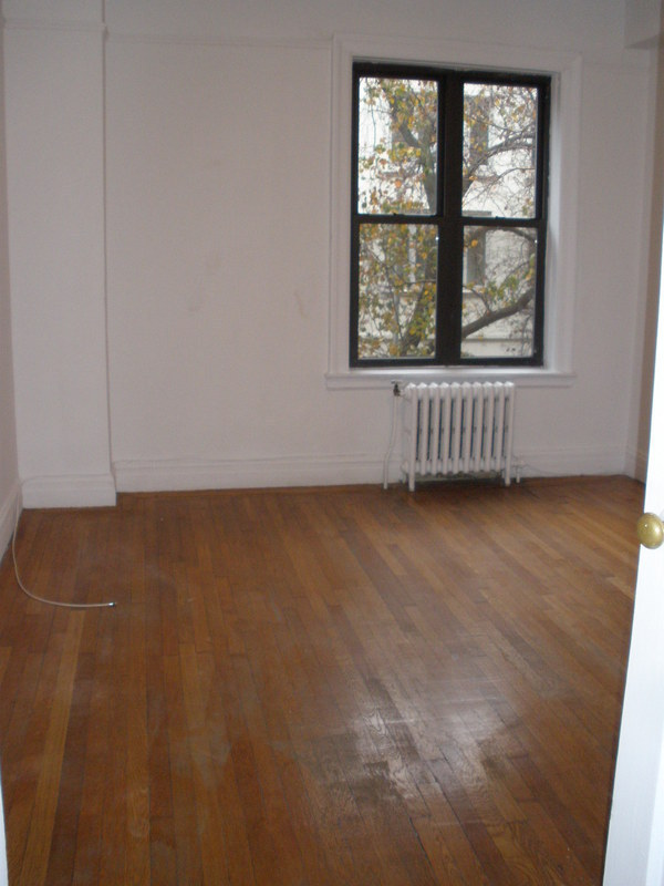 Just Listed ! Hurry - Spacious Charming 1 Bedroom - Elevator Building. Attended Lobby