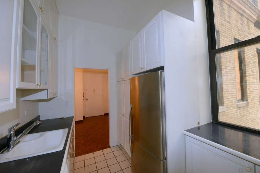 Park View Pre-War 1Bed 1Bath Full Service/Elevator/Roof Top/Gym/Concierge/ W/D on each Floor