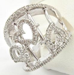 LADIES 14KT WHITE GOLD DIAMOND RING.