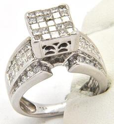 LADIES DAZZLING 14KT WHITE GOLD DIAMOND RING.